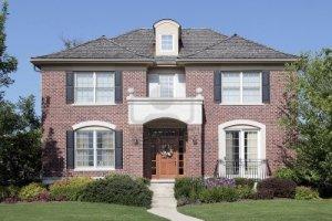 10293027-ladrillo-casa-con-puerta-de-madera-y-un-balcon-frente-a